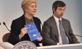 """Roberta Pinotti mostra il """"Libro bianco"""" in conferenza stampa"""