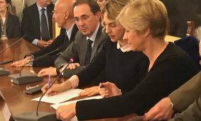 Roberta Pinotti firma il nuovo contratto per le Forze armate, di sicurezza e di polizia