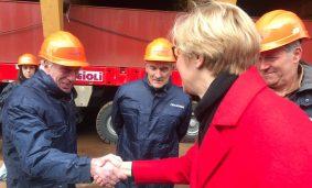 Roberta Pinotti con i lavoratori Fincantieri a Riva Trigoso