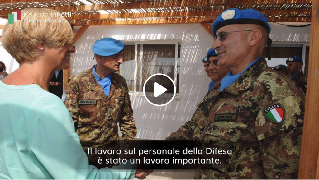 Roberta Pinotti con un militare italiano della missione UNIFIL