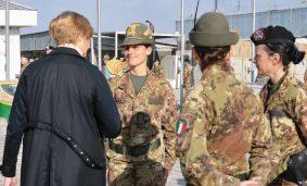 Roberta Pinotti con alcune donne del contingente italiano ad Herat, in Afghanistan